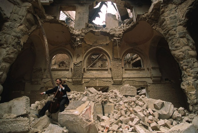 2698855-R3L8T8D-650-cellist-of-sarajevo-vedran-smailovic-playing-in-partially-destroyed-national-library-1992