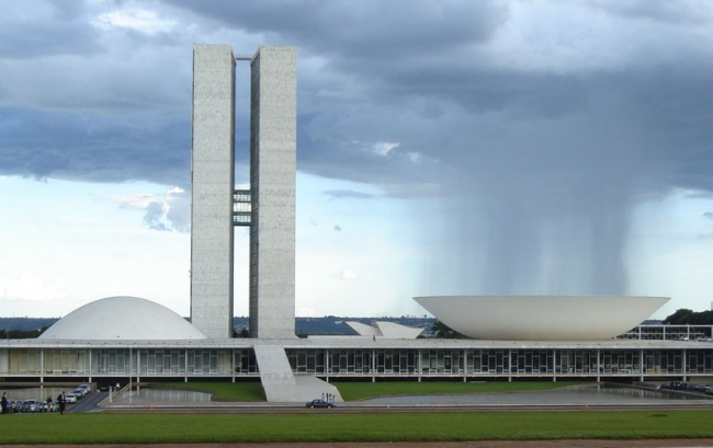 2700405-R3L8T8D-650-rain-cloud-over-bowl-at-brazilian_national_congress-perfect-timing