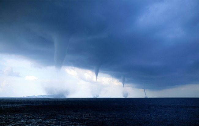 2704255-R3L8T8D-650-waterspouts-over-the-adriatic-sea